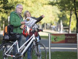 Radfahrer vor dem Stadthotel.jpg